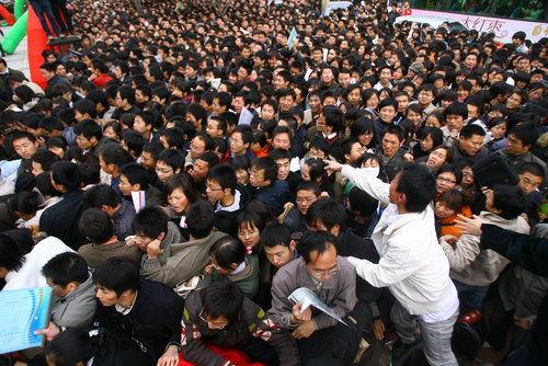 Ищущие работу студенты и выпускники приехали на ярмарку труда в г.Чженчжоу. Фото с secretchina.com