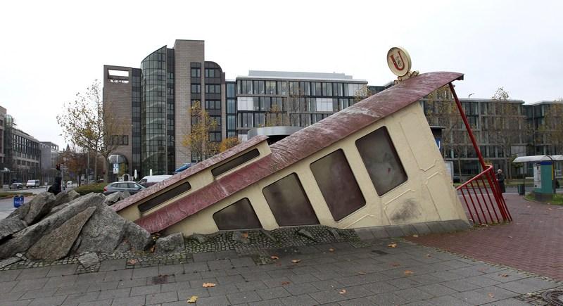 Франкфурт-на-Майне, Германия, 7 ноября. Вот таким необычным образом архитектор Збигнев Петер Пинински оформил вход на станцию метро, расположенную возле кампуса университета. Фото: DANIEL ROLAND/AFP/Getty Images