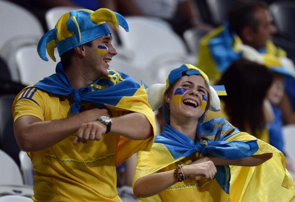 Українські вболівальники веселяться перед матчем Англії проти України 19червня 2012року на Донбас Арені в Донецьку. Фото: FILIPPO MONTEFORTE/AFP/Getty Images