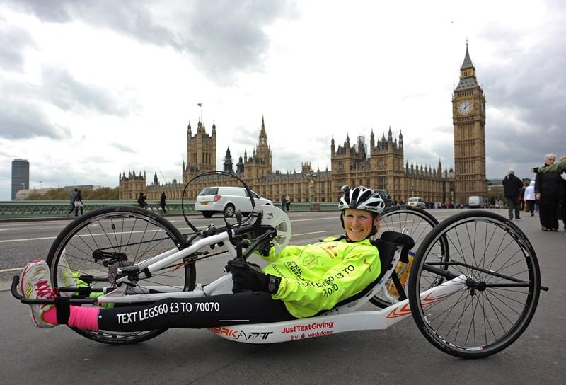 Лондон, Англія, 13 травня. 32-річна Клер Ломас із паралізованими ногами протягом 3-х тижнів подолала 640 км на спеціальному велосипеді для збору коштів на потреби благодійності. Фото: Steve Bardens/Getty Images for Claire Lomas