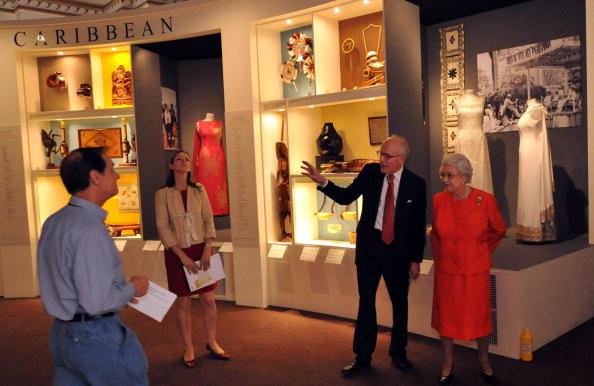 Выставка коллекций нарядов и драгоценностей королевы Елизаветы II в Лондоне. Фото: Ian Nicholson/WPA Pool/Getty Images