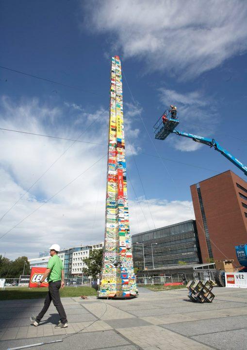 В Чехии соорудили самую высокую в мире башню из конструктора Lego. Фото: facebook.com/LEGOvez