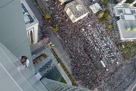Ален Робер на глазах у множества людей покоряет свою очередную «вершину». Фото: STR/AFP
