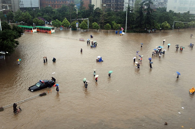 Куньмин, провинция Юньнань, Китай, 19 июля. Тайфун «Соулик» превратил улицы города в открытый бассейн. Фото: STR/AFP/Getty Images
