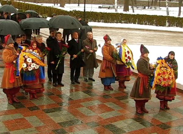 В День Соборности Президент Украины и первые лица страны возложили цветы к памятникам Тарасу Шевченко и Михаилу Грушевскому. Фото: NTD