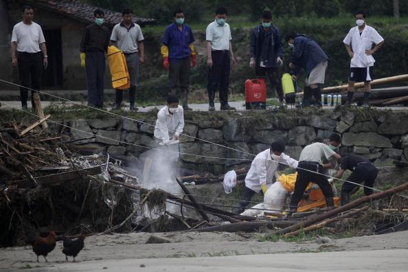 Рятувальники витягують тіла загиблих. Провінція Хунань, Китай. Фото: STR/AFP/Getty Images