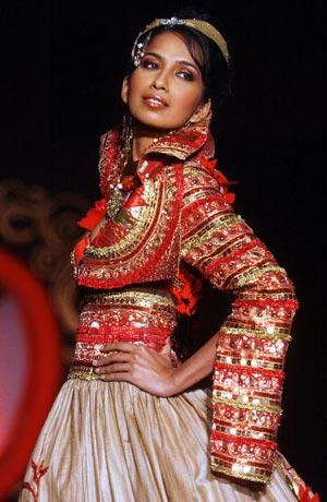 Модель представляет платье дизайнера Ritu Beri. Фото: MANPREET ROMANA/AFP/Getty Images