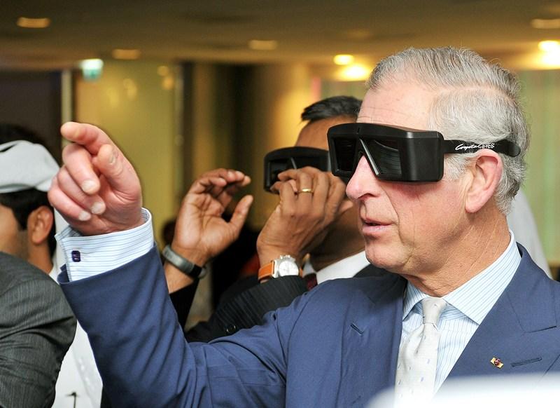 Доха, Катар, 14 марта. Принц Чарльз наблюдает в 3D очках за операцией на сердце, выполняемой микро-роботом, во время экскурсии по парку науки и технологий. Фото: John Stillwell — Pool/Getty Images