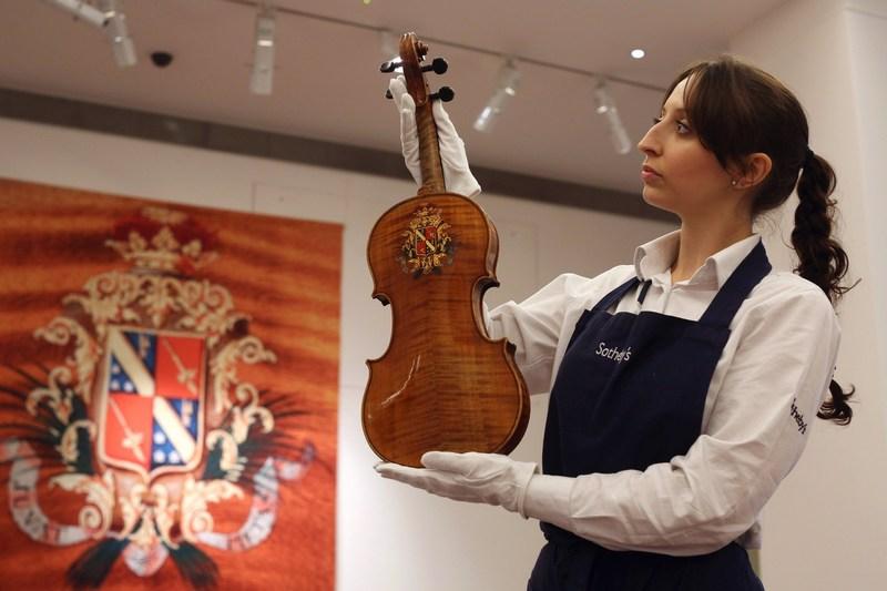 Лондон, Англия, 25 октября. Аукционный дом «Сотбис» выставил на торги 20 музыкальных инструментов французского скрипичного мастера 19 века Жана Батиста Вийома. Фото: Oli Scarff/Getty Images