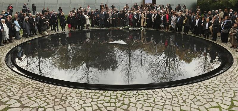 Берлін, Німеччина, 24жовтня. У місті відкрито меморіал, створений на згадку про представників циганських народностей сінті та рома, що постраждали від нацистського режиму. Фото: Sean Gallup/Getty Images