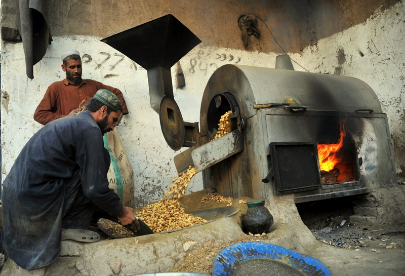 Джалалабад, Афганістан, 8грудня. Працівники в кустарних умовах смажать арахіс, що відправляється згодом на експорт. Фото: Noorullah Shirzada/AFP/Getty Images