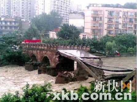 Наводнение разрушило мост в районе Хуаянь, которому более 200 лет. Провинция Сычуань. Август 2010 год. Фото с epochtimes.com
