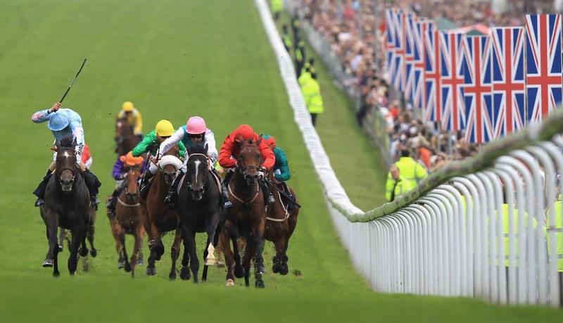 Эпсом, Англия, 2 июня. Том Куилли (в центре) стремится к победе на конных скачках юбилейного уикенда. Фото: Bryn Lennon/Getty Images