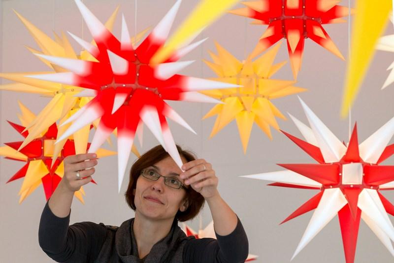 Хернхут, Германия, 2 ноября. На фабрике ёлочных украшений приступили к изготовлению новогодних звёзд. Ёлочные и рождественские украшения создают здесь на протяжение 160 лет. Фото: Joern Haufe/Getty Images