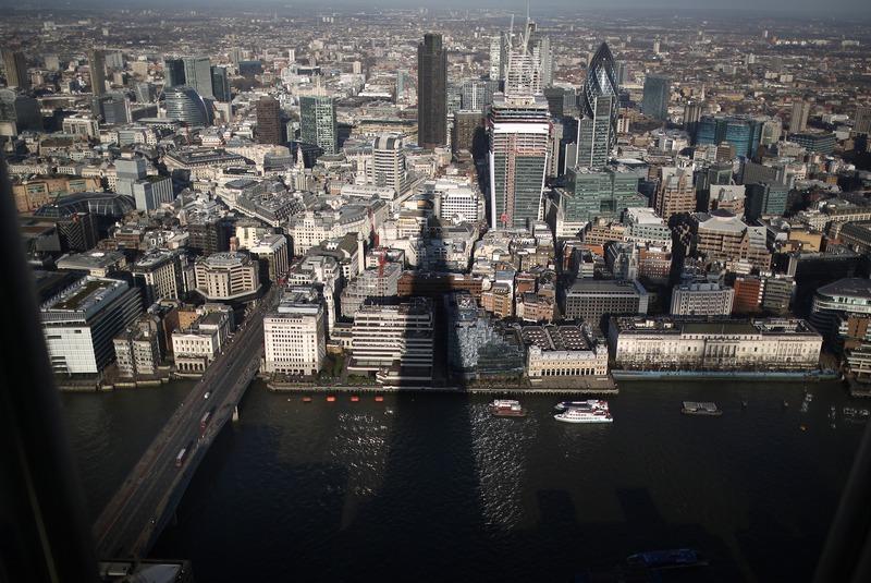 Лондон, Англія, 9січня. Тінь від хмарочоса «Уламок» падає на Темзу і місто. У лютому жителі й туристи зможуть помилуватися краєвидами столиці з оглядових майданчиків хмарочоса. Фото: Peter Macdiarmid/Getty Images