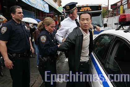 Полиция Нью-Йорка арестовывает зачинщиков хулиганских действий, управляемых китайской компартией Фото: Dayin Chen/ The Epoch Times