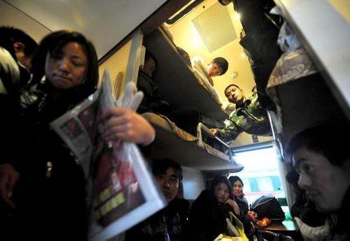 Счастливые пассажиры, которым удалось сесть в поезд, едут домой встречать Новый год. Фото: China Photos/Getty Images