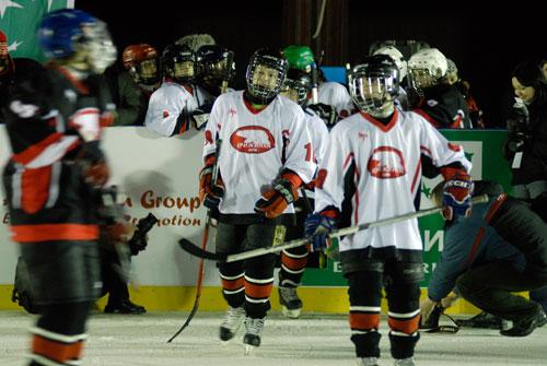 Игроки юношеской хоккейной команды на открытии ледового катка в Киеве на Софиевской площади 13 января. Фото: Великая Эпоха
