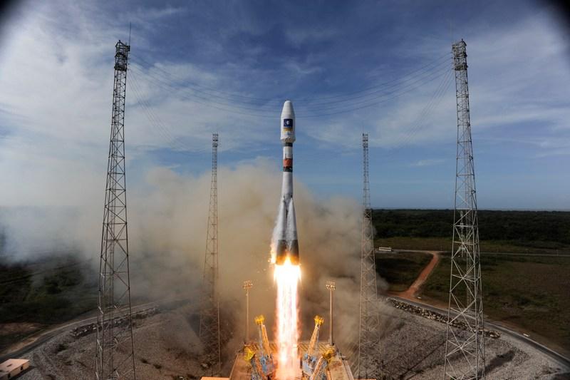 Куру, Французская Гвиана, 12 октября. Ракета-носитель «Союз» отправила в космос два тестовых спутника европейской навигационной системы «Галилео». Фото: S. Corvaja/ESA via Getty Images