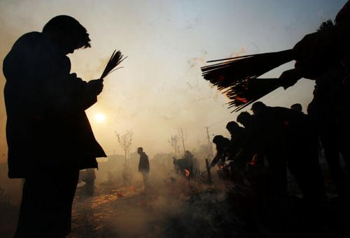 В дни празднования Нового года по лунному календарю, многие китайцы идут в храмы или другие священные места, где они возжигают благовония и молятся о счастье и благополучии. Фото: China Photos/Getty Images