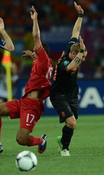 Португальський півзахисник Нанні (ліворуч) бореться за м'яч з півзахисником Уеслі Снейдером з Голландії 17червня 2012на стадіоні Металіст у Харкові. Фото: FRANCISCO LEONG/AFP/Getty Images