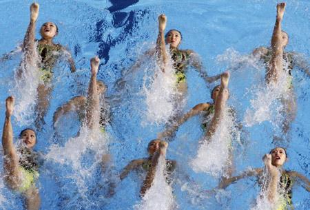 Японська команда під час технічної програми в синхронному плаванні. Фото: Robert Cianflone/Getty Images