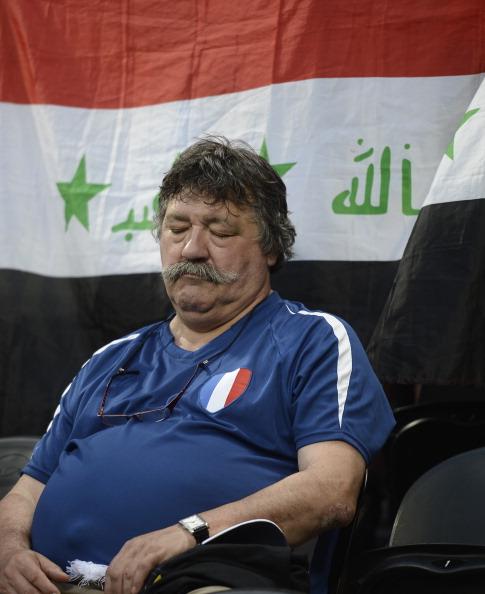 Французький фан заснув під час матчу Франції та Англії 11 червня 2012 року у Донецьку. Фото: FILIPPO MONTEFORTE/AFP/GettyImages