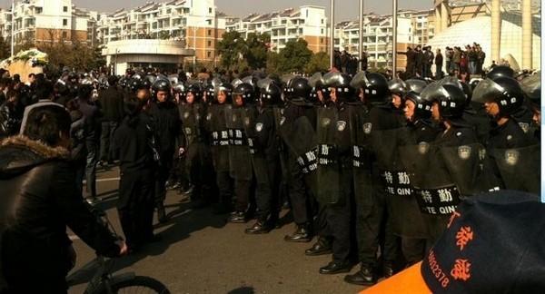 Для придушення стихійної акції протесту влада мобілізувала сотні поліцейських. Провінція Цзянсу в Китайській Народній Республіці. Грудень 2010 року. Фото з epochtimes.com