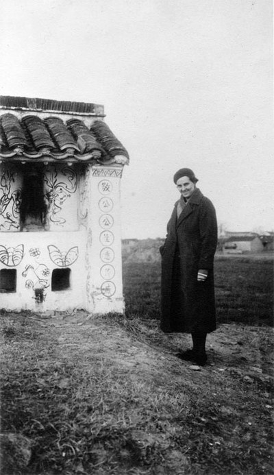 Иностранная проповедница возле небольшого сельского храма. 1936 г. Фото: Ernest H•Forster