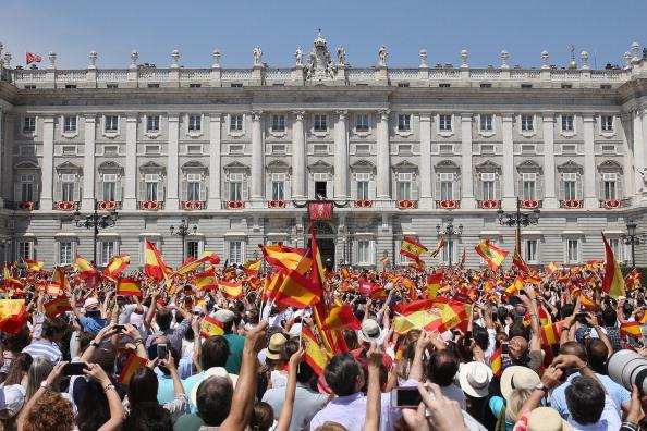 Испанцы приветствуют нового короля Фелипе VI и его жену королеву Летицию. Фото: Christopher Furlong/Getty Images