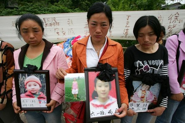 Батьки і родичі сумують за загиблими дітьми. Фото з secretchina.com