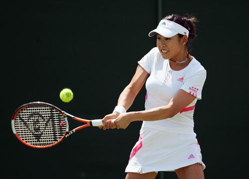 Японка Аико Накамура (Aiko Nakamura) отражает мяч француженки Араван Резаи (Aravane Rezai) в ходе женского турнира International Women's Open. Фото: Julian Finney/Getty Images