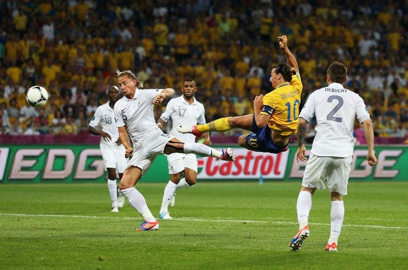 Златан Ібрагімович (Швеція) забиває гол збірної Франції, 19 червня, Київ. Фото: Julian Finney/Getty Images