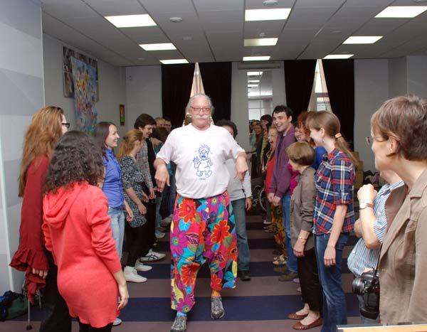 Лікар-клоун Петч Адамс проводить свій авторський семінар «Коли життя в радість». Фото: Юлія Цигун / The Epoch Times