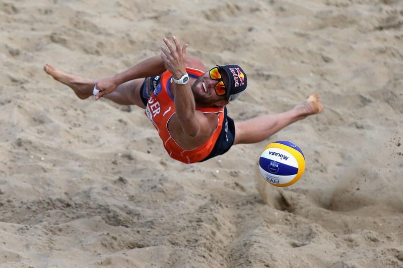 Гаага, Нідерланди, 3червня. Юліус Брінк відбиває м'яч у матчі півфіналу на чемпіонаті Європи з пляжного волейболу. Фото: Christof Koepsel/Bongarts/Getty Images