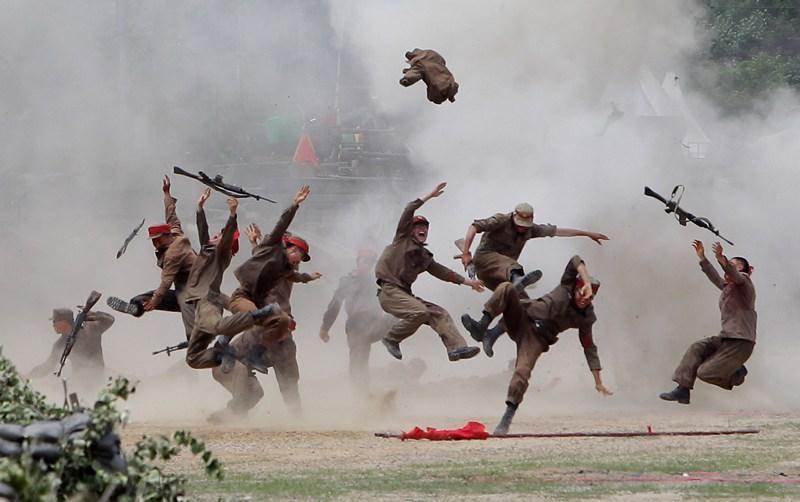 Чхунчхон, Південна Корея, 22 червня. Вибух розкидає північнокорейських піхотинців. До 63-ї річниці початку Корейської війни група південнокорейських солдатів створила інсценування кровопролитних битв. Фото: Chung Sung-Jun/Getty Images