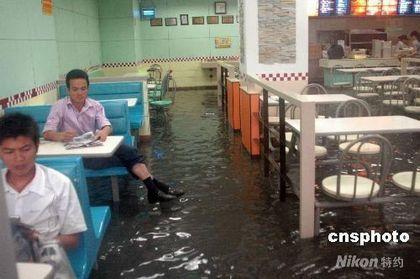 Ливень практически затопил город Бэйхай. Фото: Цзян Сюелин/ China News