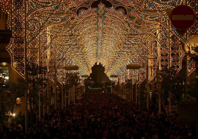Кобе, Япония, 6 декабря. Около 200 тыс. лампочек зажжены в память о жертвах одного из самых мощных землетрясений за всю историю страны, случившегося в Кобе в 1995 году. Фото: Buddhika Weerasinghe/Getty Images