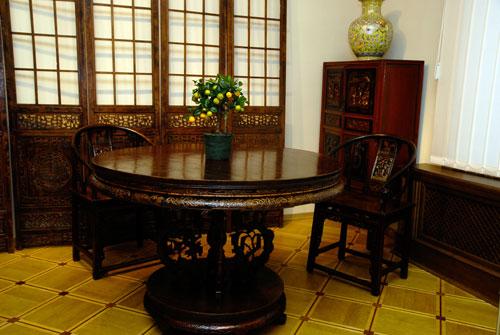 Стол круглый – чжо. Середина 18 ст. Красное дерево, лак, воск. Одной из обязательных деталей жилой комнаты стал обеденный чайный стол. Он преимущественно имел круглую форму, что, с одной стороны символизировало сплоченность семьи, а с другой – облегчало т