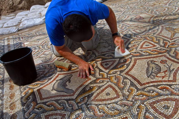 Израильские ученые очистили от грунта одну из крупнейших и наиболее сохранившихся древних мозаик. Фото: Niki Davidov/IAA via Getty Images
