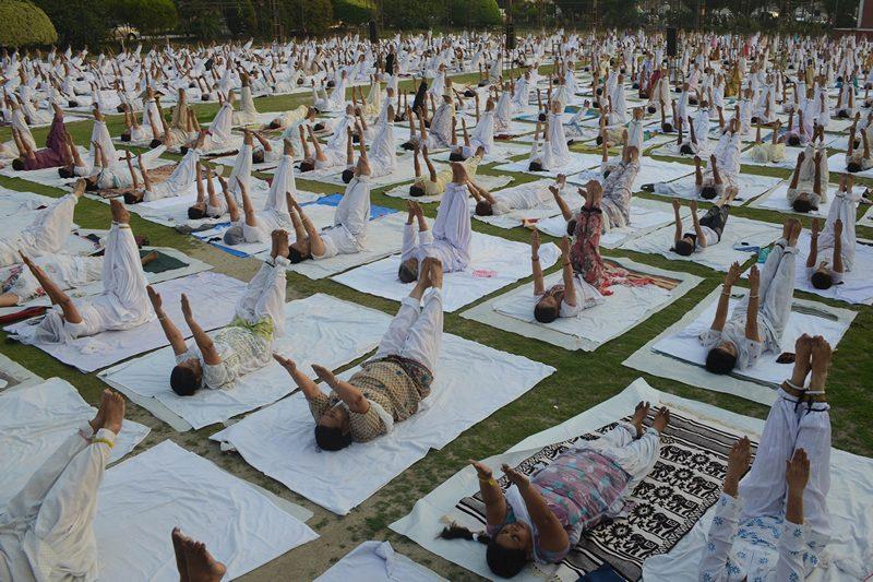 Амритсар, Индия, 9 июня. Сотни горожан участвуют в коллективной практике йоги на окраине города. Фото: NARINDER NANU/AFP/Getty Images