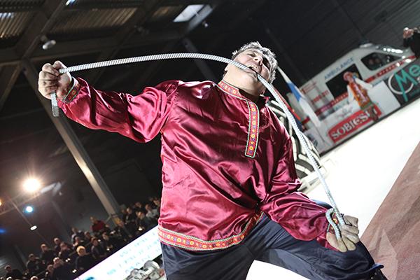 Дмитрий Халаджи гнет металлический прут во время Всемирного фестиваля богатырской силы 19 декабря 2010 года в Киеве. Фото: Владимир Бородин/The Epoch Times Украина