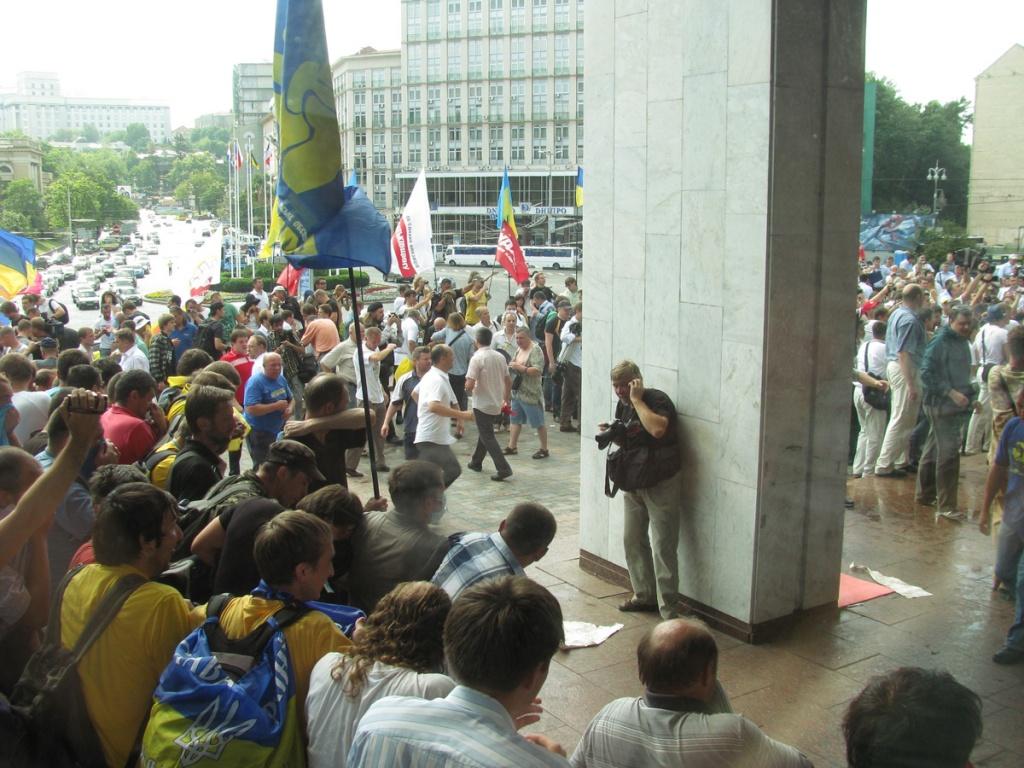 Противники «языкового» законопроекта окружили Украинский дом в Киеве. Фото: Алина Маслакова/Великая Эпоха