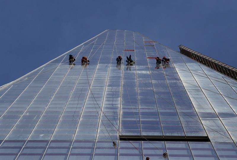 Лондон, Англия, 2 октября. Рабочие заняты уборкой внешней поверхности 300-метрового небоскрёба «Осколок». Фото: Peter Macdiarmid/Getty Images