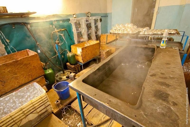 Следующий этап — серебрильный цех. Здесь шары покрывают изнутри слоем серебра, чтобы они были прочнее и приобрели зеркальный блеск. Фото: holy-mozart.livejournal.com