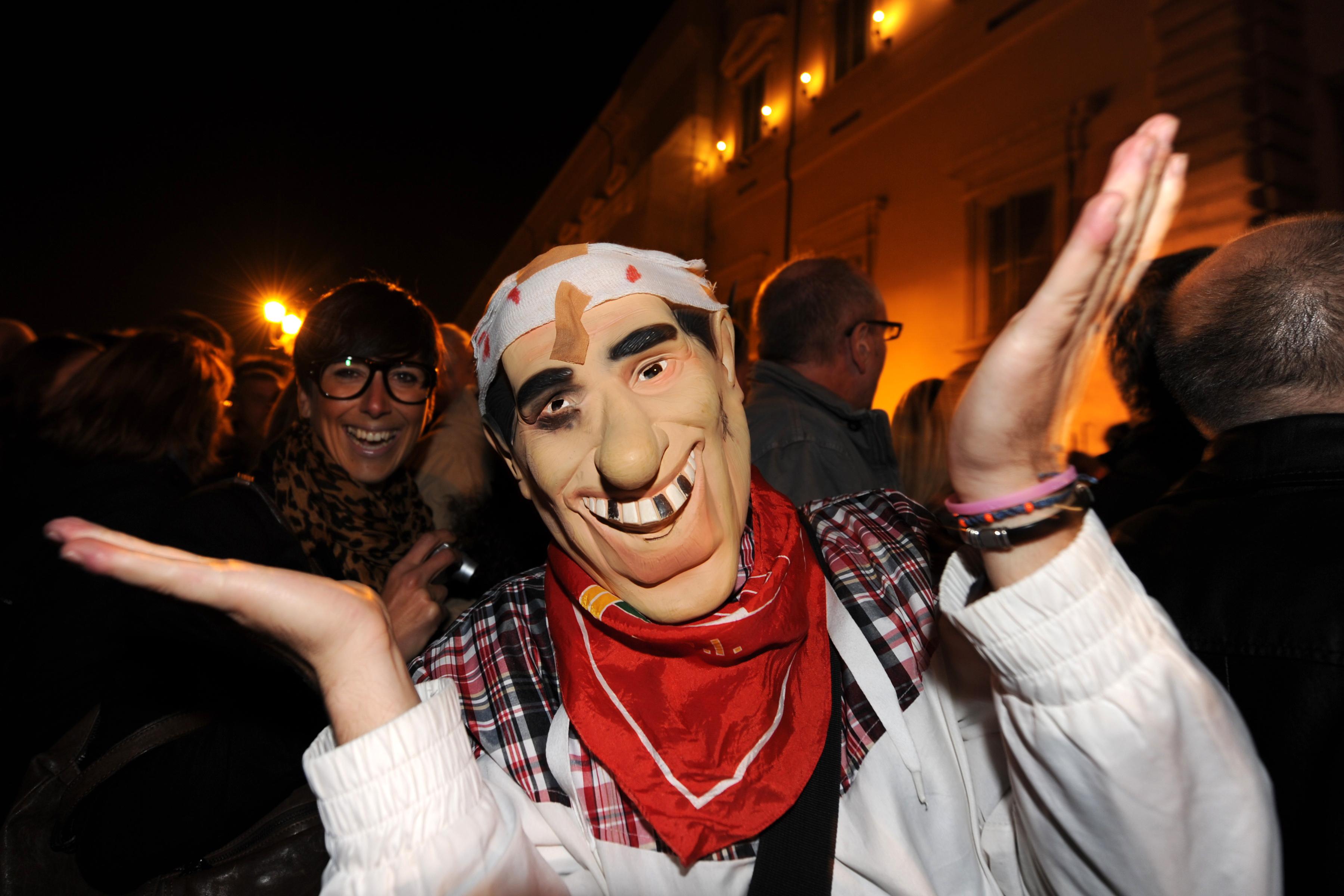 Італійці святкують відставку прем'єр-міністра Італії Сільвіо Берлусконі. Фото: Gabriel Bouys/Getty Images