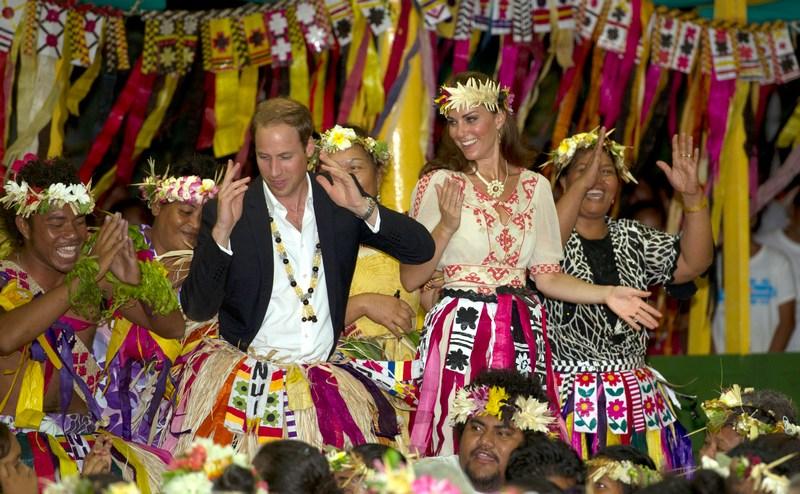 Тувалу, Полинезия, 18 сентября. Принц Уильям с супругой Кэтрин танцуют вместе с жителями острова в рамках мирового турне, посвящённого юбилею королевы Елизаветы II. Фото: Arthur Edwards — Pool/Getty Images