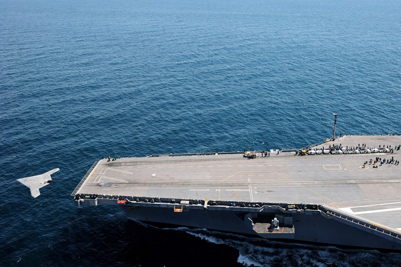 Атлантический океан, 14 мая. Беспилотник X-47B впервые взлетел с палубы авианосца. Фото: Mass Communication Specialist 3rd Class Brian Read Castillo/U.S. Navy via Getty Images