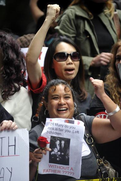 Поклонники Майкла Джексона требуют строго наказать врача певца. Фото: MARK RALSTON/AFP/Getty Images