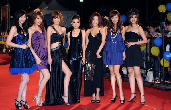 Наряды тайваньских звезд на фестивале Золотой колокол для ТВ. Фото: СNA